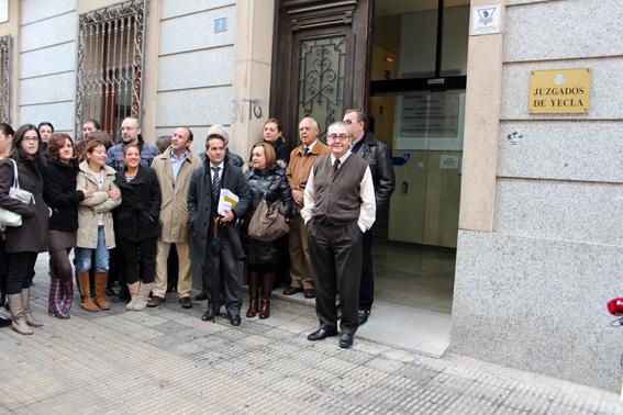 protesta a la puerta de los juzgados