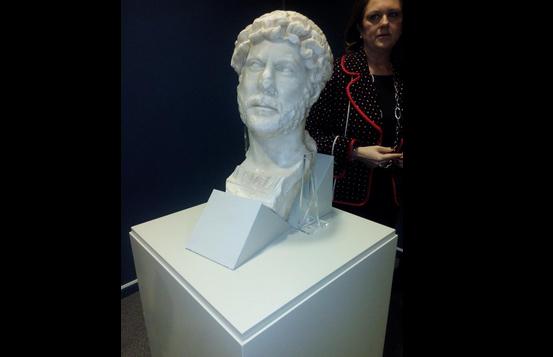 Busto Adriano, arquelogia, Los terrojenos escultura