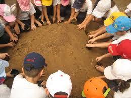 niños con las manos unidas escuelas infantiles