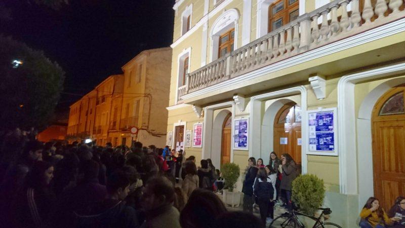 entrada de público al teatro de yecla