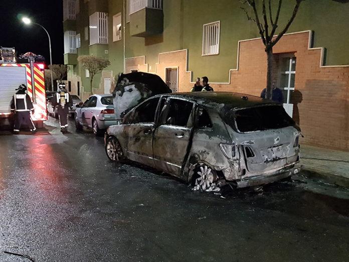 coche llamas ardiendo