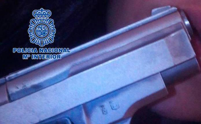 arma policía detenidos