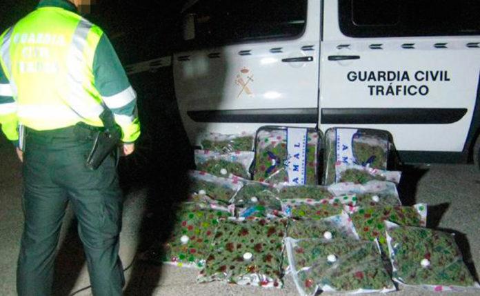 guardia civil con alijo de marihuana