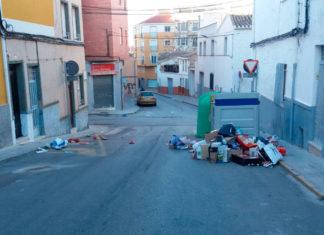calle sucia ciudad llena de cartones tercer mundo