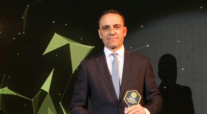 josé francisco puche recibe el premio en nombre de cetem