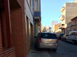 coche mal aparcado acera