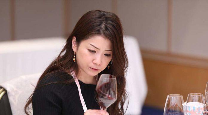 mujer japonesa bebe vino