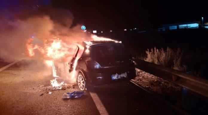 accidente frontal coche quemado