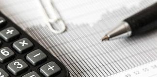 calculadora y bolígrafo