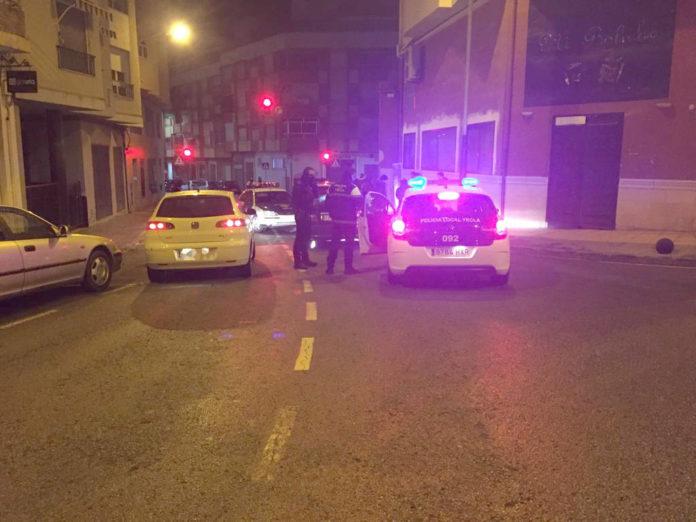 coche inmobilizado por patrullas policía detenido