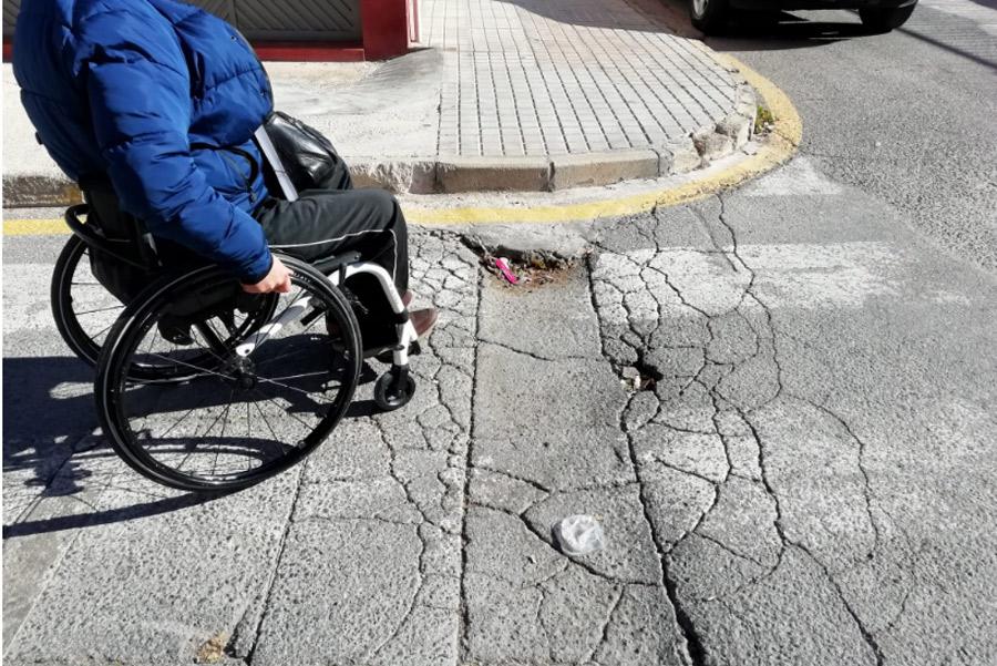 protesta silla de ruedas barreras arquitectónicas
