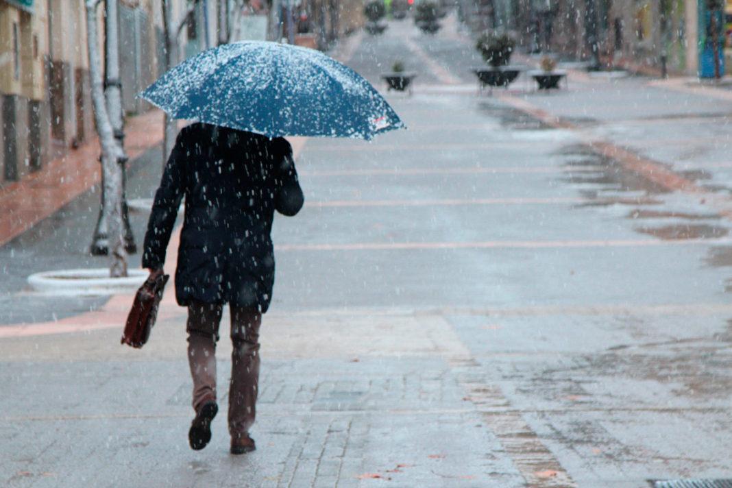 hombre paraguas nevada temporal nieve en cotas altas