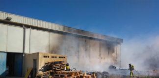 incendio junto a una nave