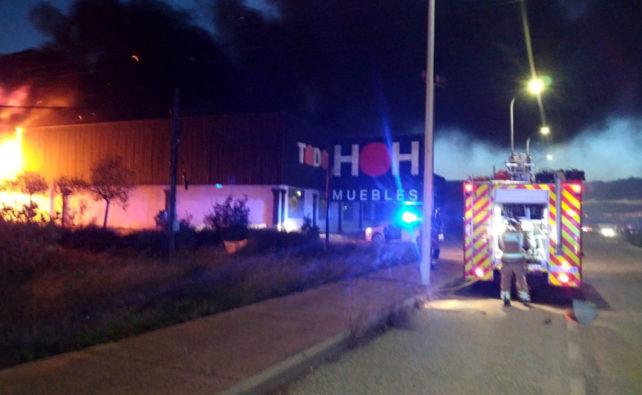 bomberos incendio exposición de muebles