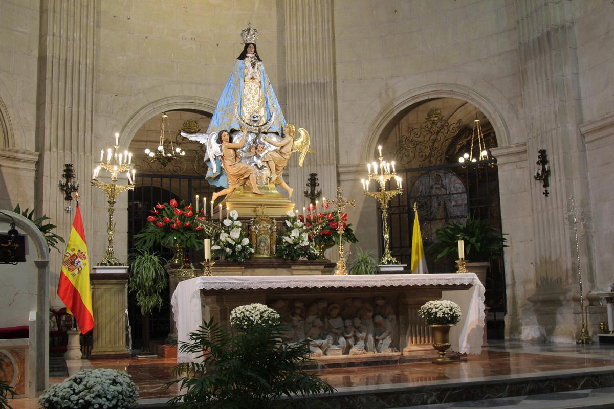 patrona de Yecla en el altar