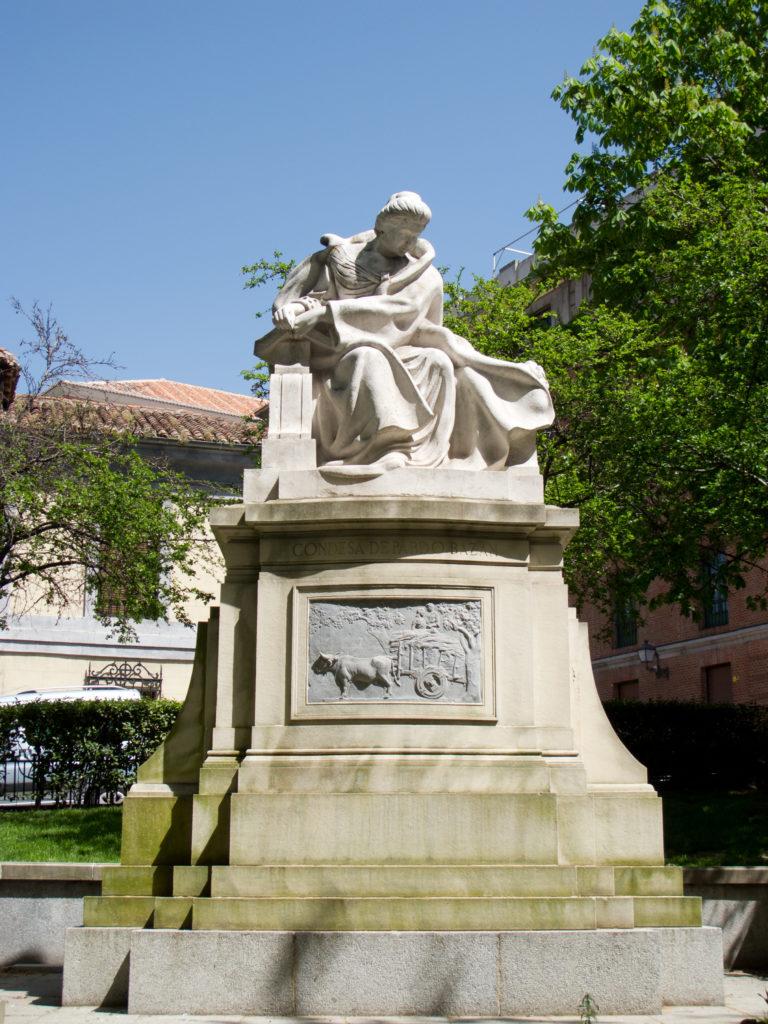 estatua dedicada a doña emilia pardo bazán